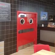 Маятниковые двери для ресторана – как правильно выбрать изделие?